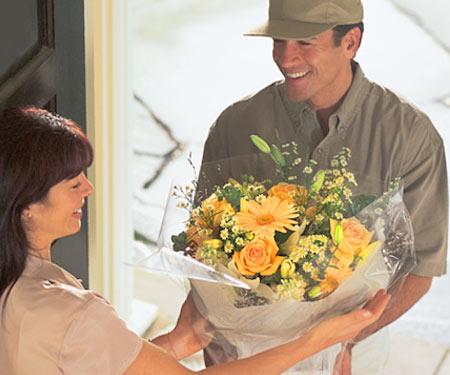 Gėlės dėžutėje ir gėlių puokštės jūsų mylimajai